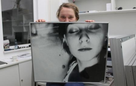 Anja Meyer mit Selbstporträt (Foto: Uwe Roßner)