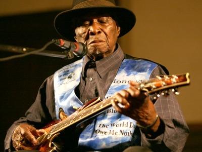 David Honeyboy Edwards (* 28. Juni 1915 in Shaw, Mississippi) ist der letzte noch lebende Vertreter des Delta Blues. Er war ein Weggefährte Robert Johnsons.