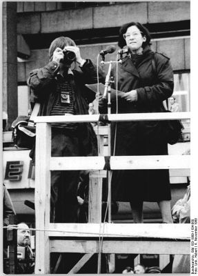 Christa Wolf während einer Demonstration auf dem Alexanderplatz am 4. November 1989 (Quelle: Bundesarchiv)