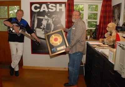 Zum 70.: Gunter Gabriel erhält Johnny Cashs Goldene Schallplatte